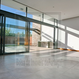 Contemporary villa With Amazing Glass Facade